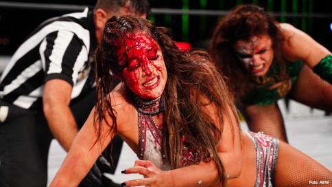 GRÁFICO Y VIOLENTO: Thunder Rosa y Dr. Britt Baker se roban el show en AEW Dynamite (VIDEO)