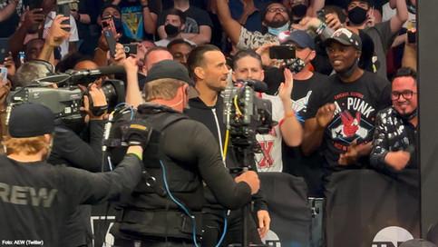 ¡DE REGRESO! CM Punk debuta en All Elite Wrestling y le responde a Darby Allin