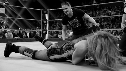 RAW: Shayna Baszler ataca a Becky Lynch con peligrosa mordida (VIDEO)