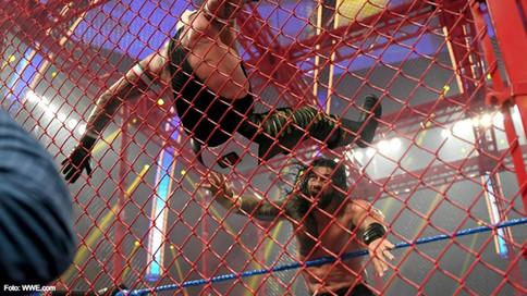 SmackDown: Reigns APLASTA a Mysterio dentro de la Celda Infernal (VIDEO)