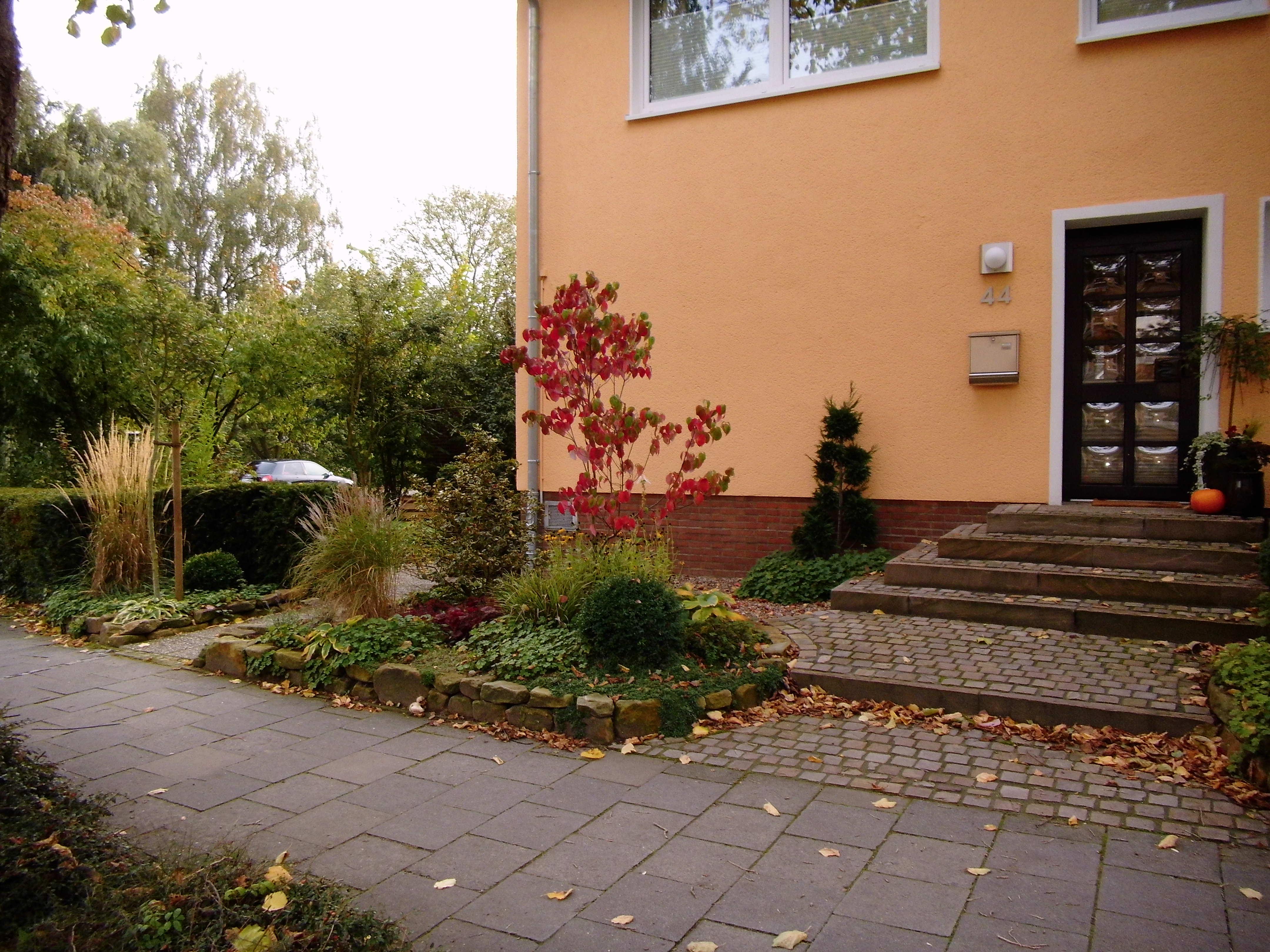 Vorgarten und Hauseingang