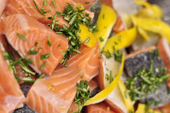 frischer Lachs mit Zitronen-Kräuter Beize