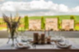 eingedeckter Tisch mit Blick ins grüne