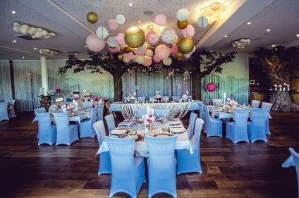eingedeckte Tische für Hochzeit