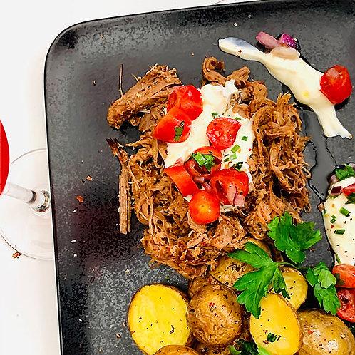 Pulled Pork mit Pfannen-Rosmarinkartoffeln, dazu Kräuterschmand & Tomatensalsa