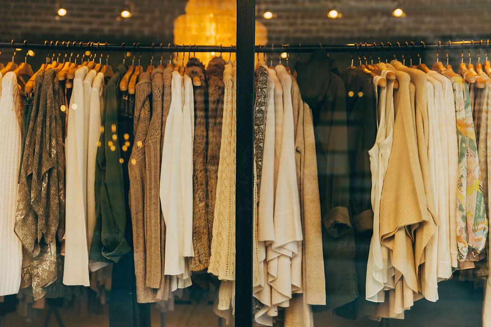 Toko dengan rak penuh dengan berbagai-macam pakaian