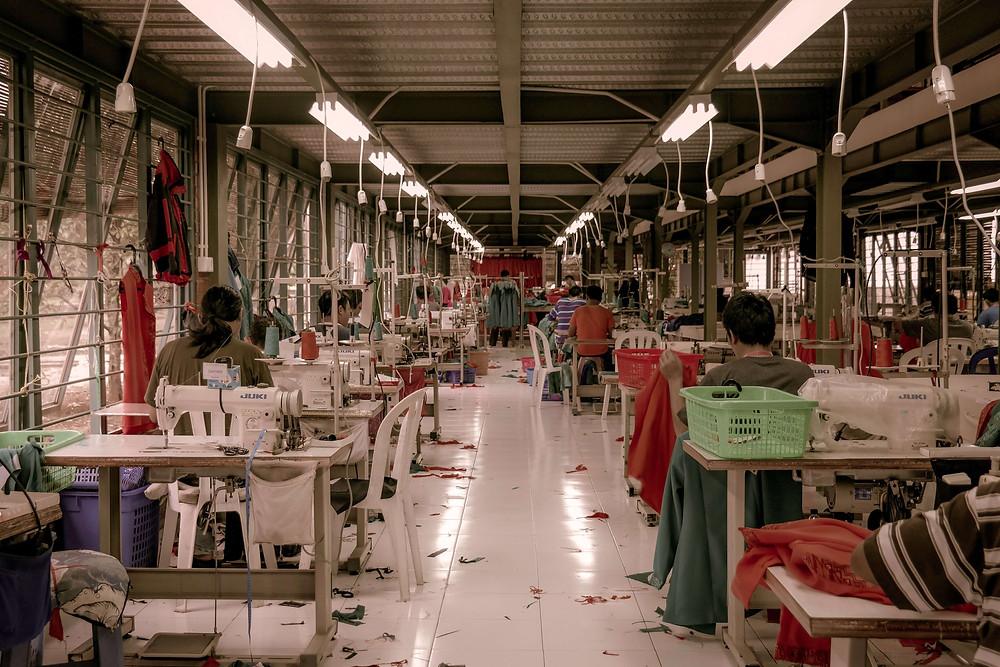 Sebuah pabrik pakaian dengan pekerja wanita
