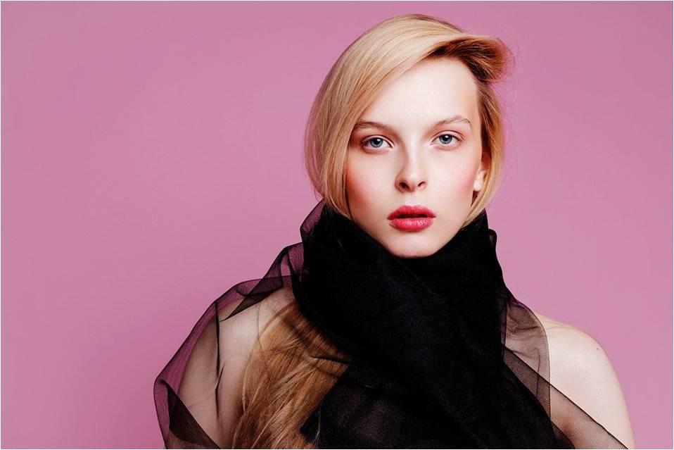 Värianalyysin mukaan naiselle ei sovi musta huivi kasvoja vasten.
