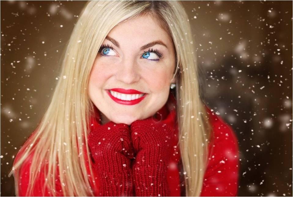 Kauniilla naisella ihanan punaiset vaatteet ja huulet.