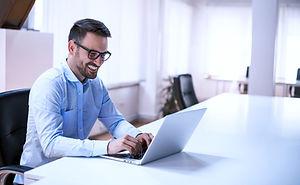 Businessmann am Laptop