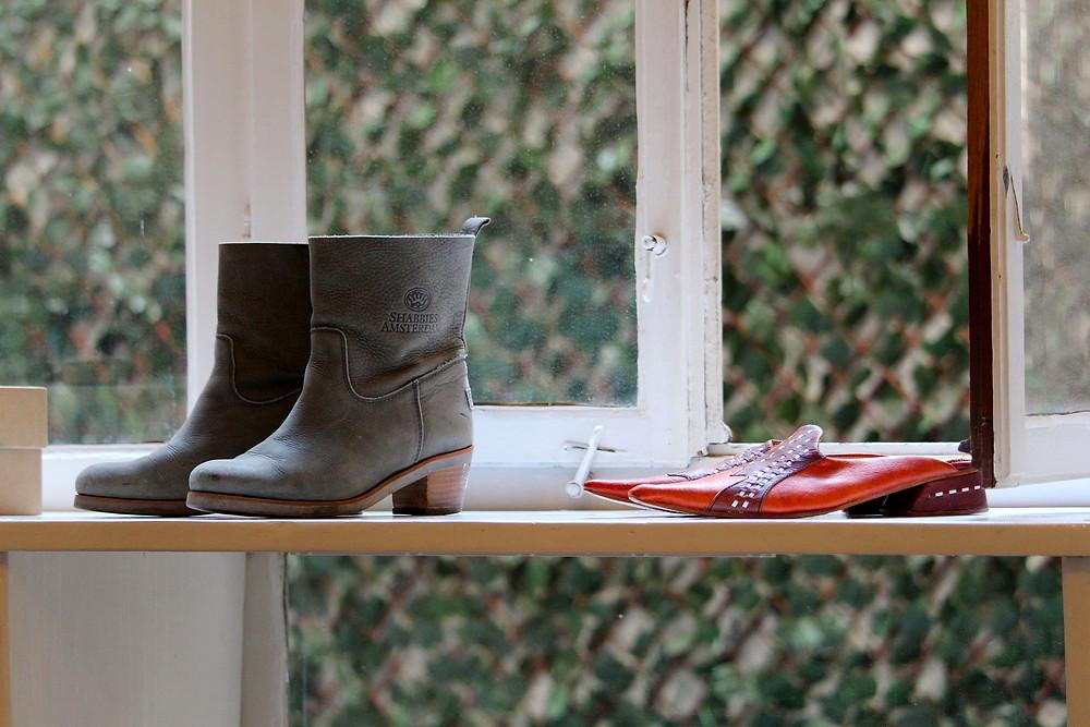 Schuhe am offenen Fenster
