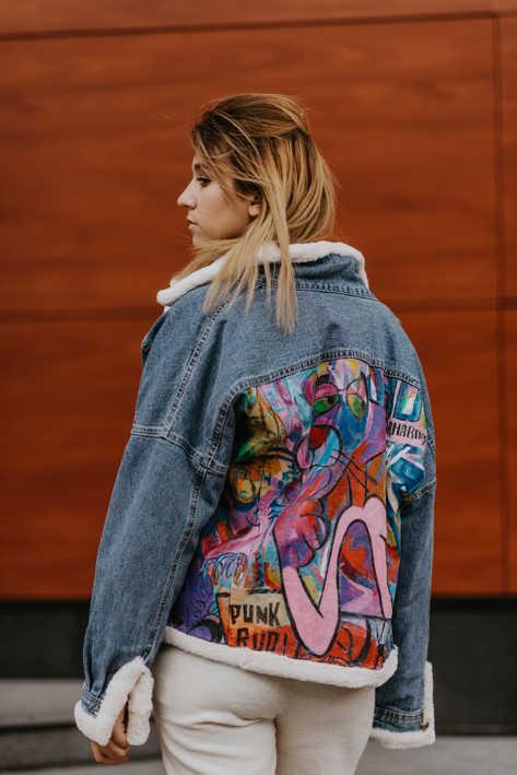 Джинсовая куртка, подбита мехом из стриженного бобра, роспись Пантера граффити