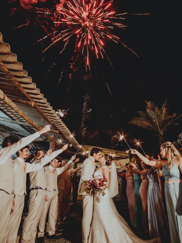 newlyweds-kissing-3397027.jpg