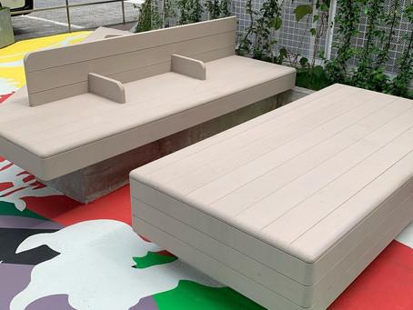 駅前の公園に設置されたオーダーメイド家具