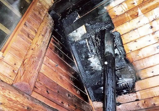 まきストーブの煙突が原因とみられる伊東市の火災現場。天井の煙突周辺の木材が高温化した(駿東伊豆消防本部提供)