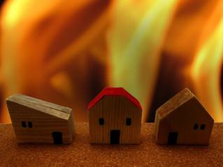 富山市で火事、火元は煙突付近か(富山県チューリップテレビより)