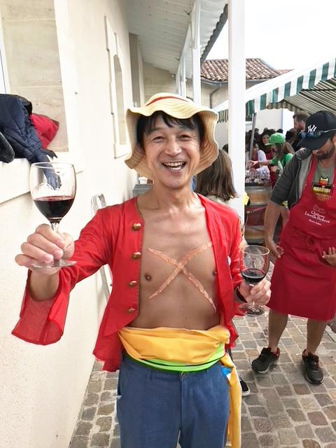 仮装しワイン飲みながら走るメドックマラソン