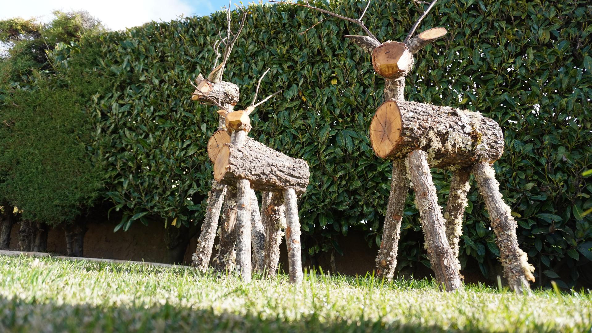 Renas em madeira de carvalho para decoração de jardim