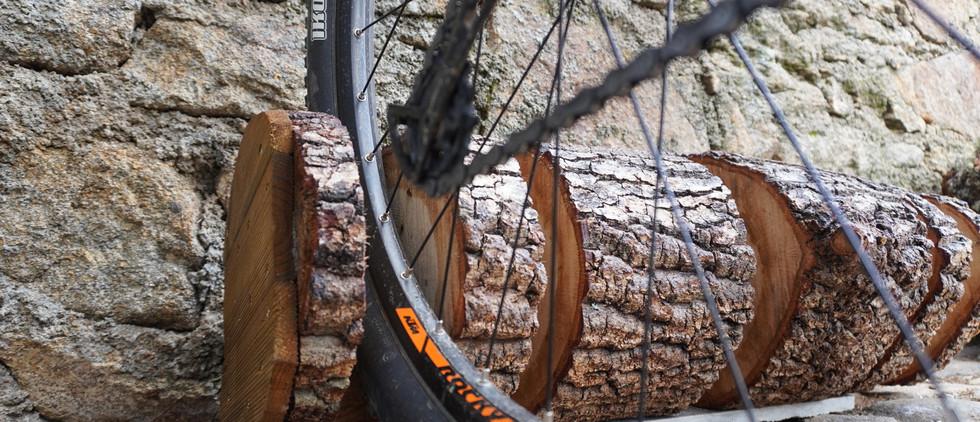 Suporte em madeira de carvalho para parquear bicicletas de BTT (3) e bicicletas de estrada (2)