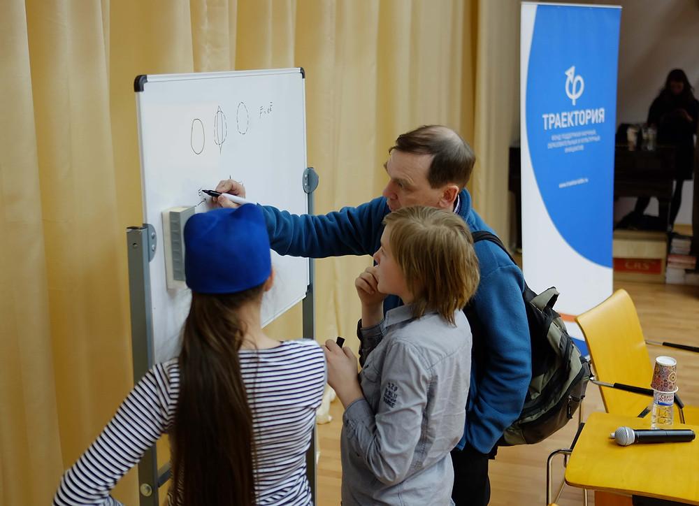 Профессор Василий Бескин объясняет школьникам, что такое гравитационные волны