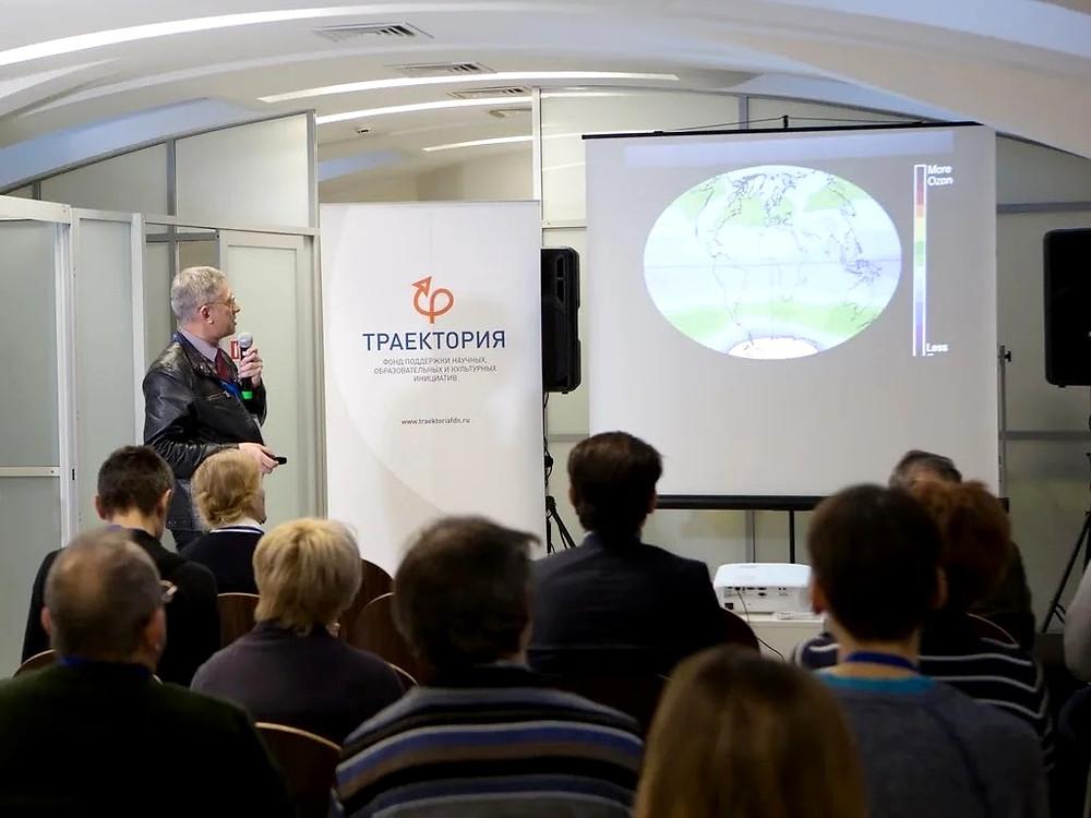 Сергей Язев читает лекцию на III методическом семинаре для учителей астрономии