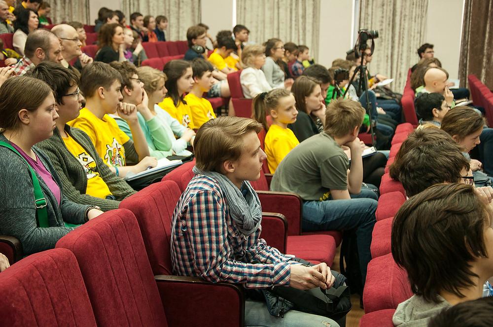 """Чтобы узнать об открытии гравитационных волн, в актовом зале """"Второй школы""""  собрались 150 школьников и учителей"""