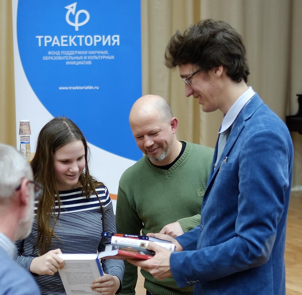 Самые активные участники научной гостиной получили научно-популярные издания
