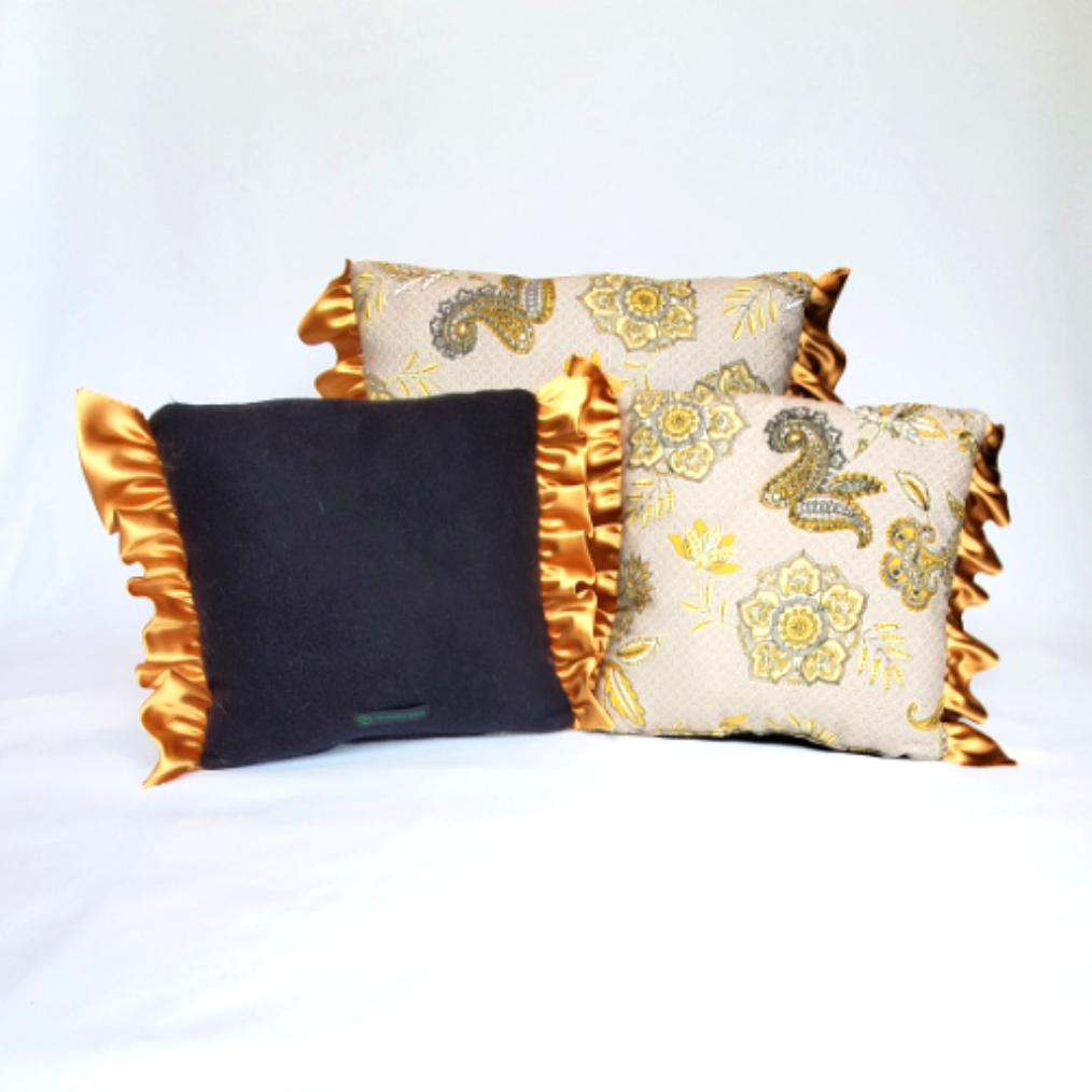 Throw pillows lack and gold