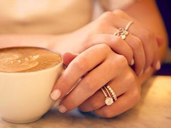 Trouver l'alliance qui sublimera votre bague de fiançailles