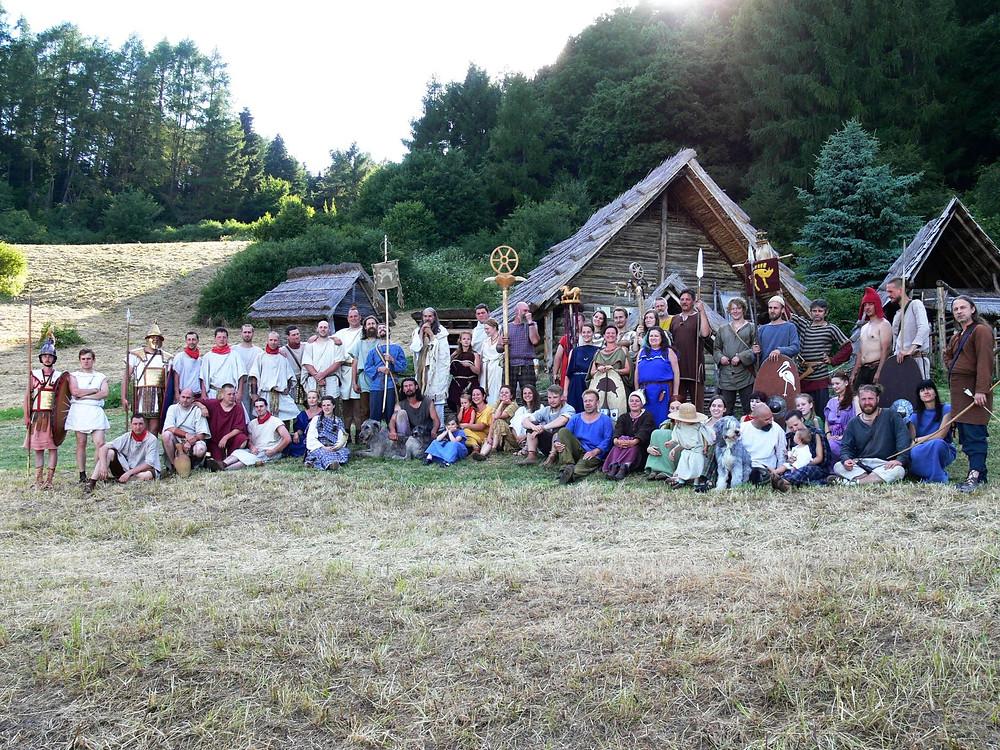 Zúčastněné skupiny před laténským dvorcem. Foto J. Lohnická