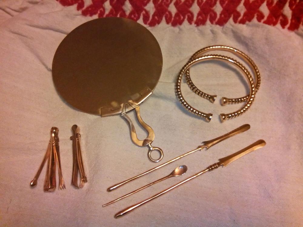 Repliky bronzových toaletních potřeb (zrcadlo, špachtle, pinzety, lžičky, škrabátka, náramky) podle nálezů ze Stradonic. Foto a výroba P. Ondroušek