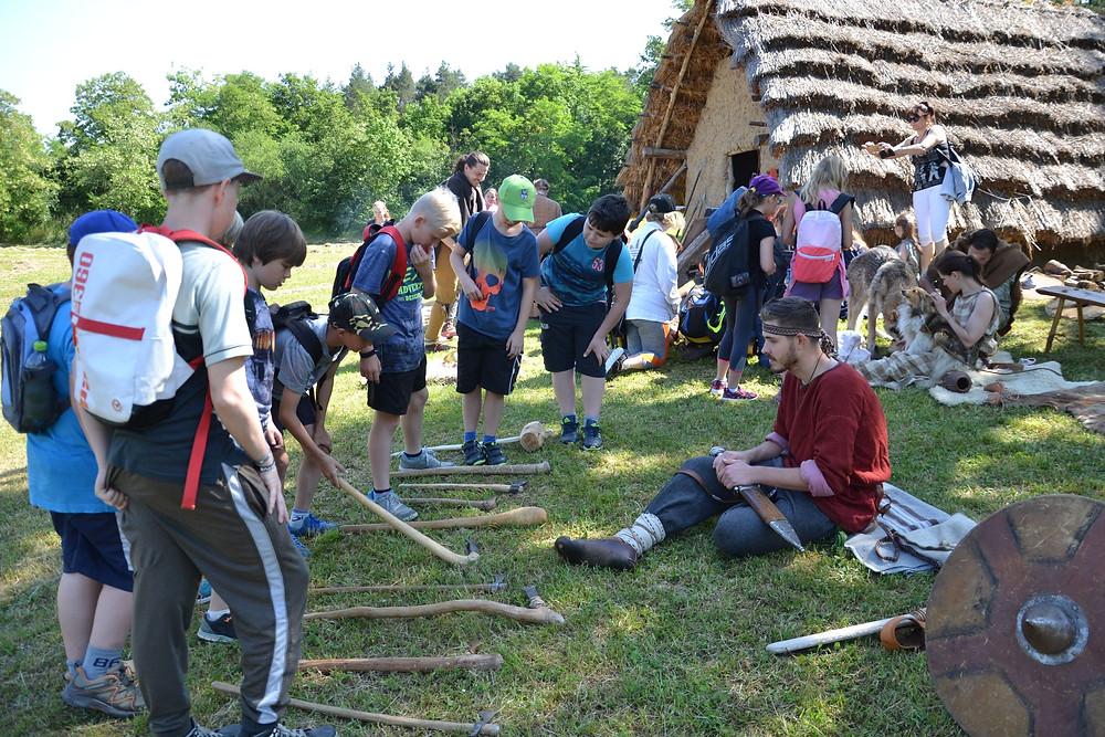 Návštěva u Germánů je pro děti velkým zážitkem.  Foto B. Petráň