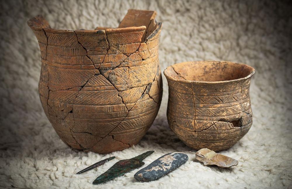 Zvoncovité poháry z hrobu lukostřelce z Holubice. Foto ©Jana Lohnická