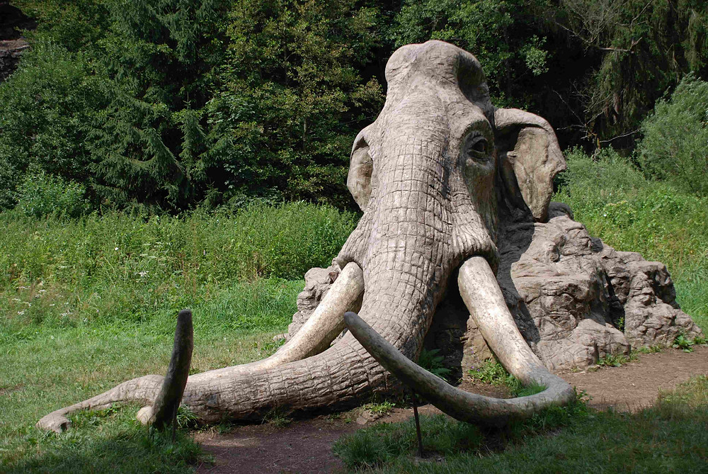 Betonová socha mamuta od sochaře Michala Olšiaka.