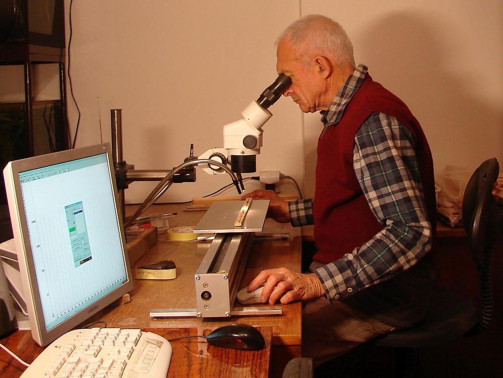 Měření v dendrologické laboratoři. Foto © DendroLab Brno