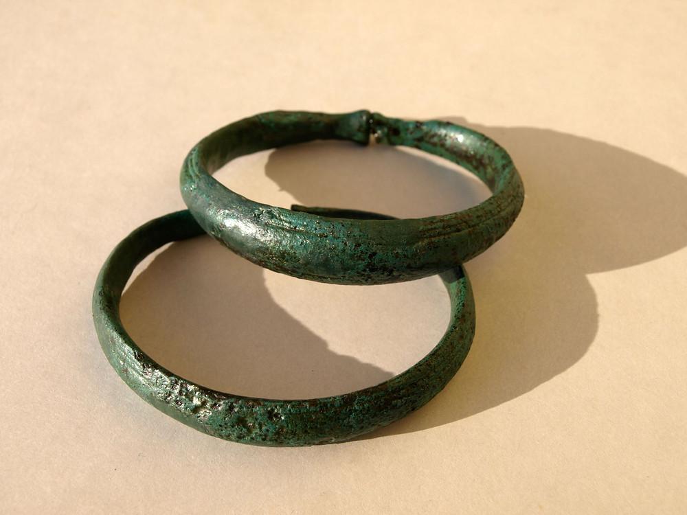 Bronzové náramky ze senomatské hrobky. Foto archiv ÚAPPSČ