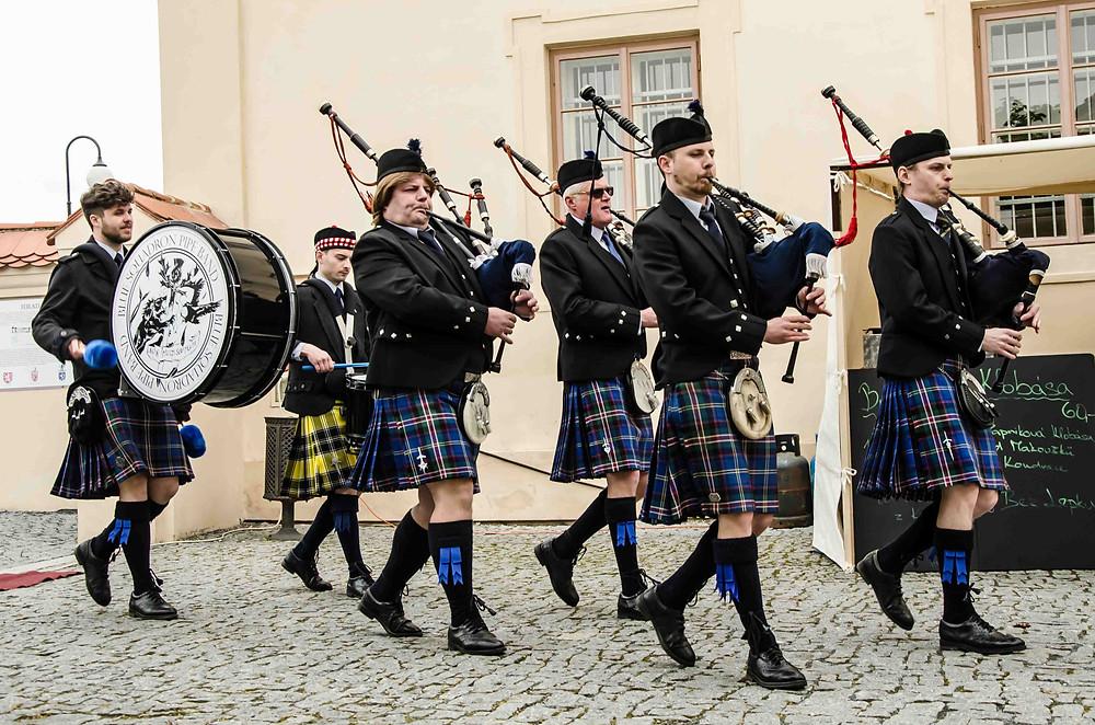 Beltainové slavnosti zahájila kapela Blue Squadron Pipe Band.