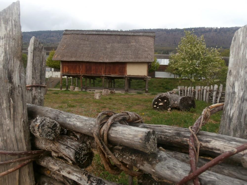 Rekonstrukce nákolní stavby z dob bronzové před muzeem Laténium.