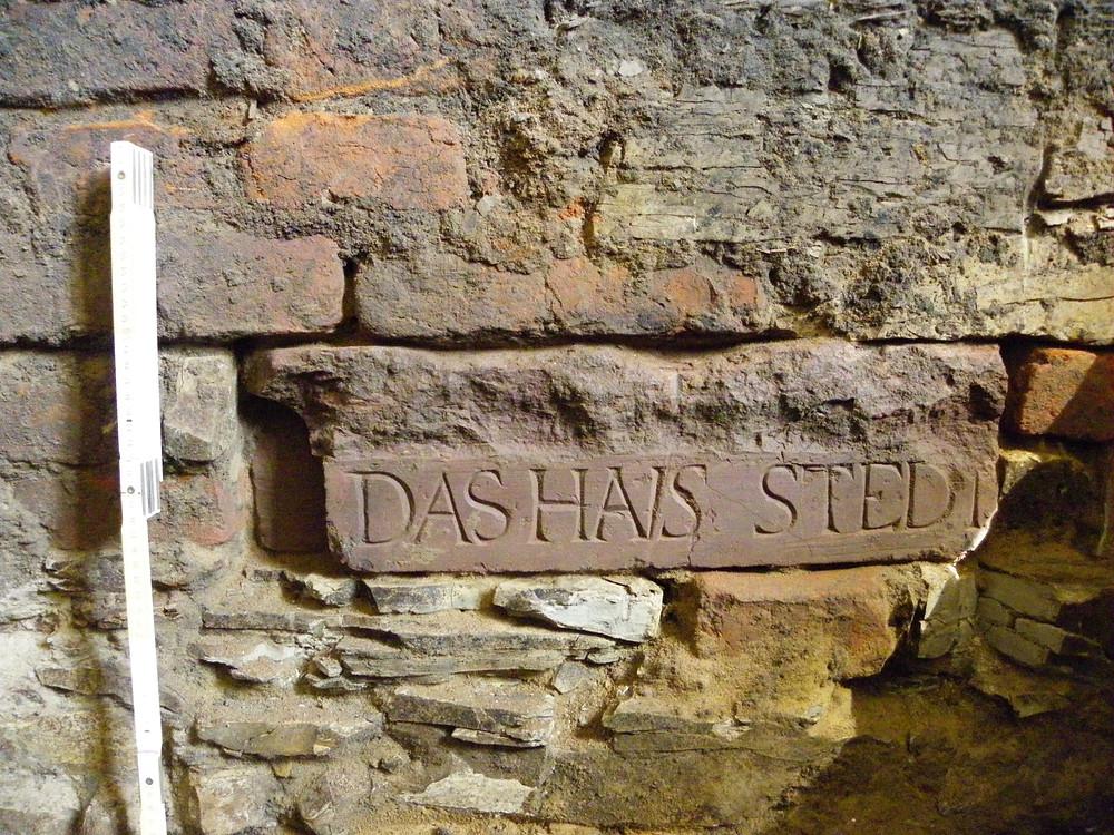 Římsa s nápisem v budově Staré Radnice v Poděbradech.  Foto archiv ÚAPPSČ