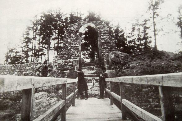 Hrad Lopata. Pohled z mostu přes příkop na novostavbu gotické brány. Foto J. Hodek kolem 1890. Podle Novobilského 2003