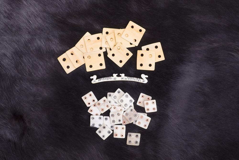 Tkací destičky a kostěný zachycovač, užívané pro výrobu tkanic. Foto archiv K. Urbanové