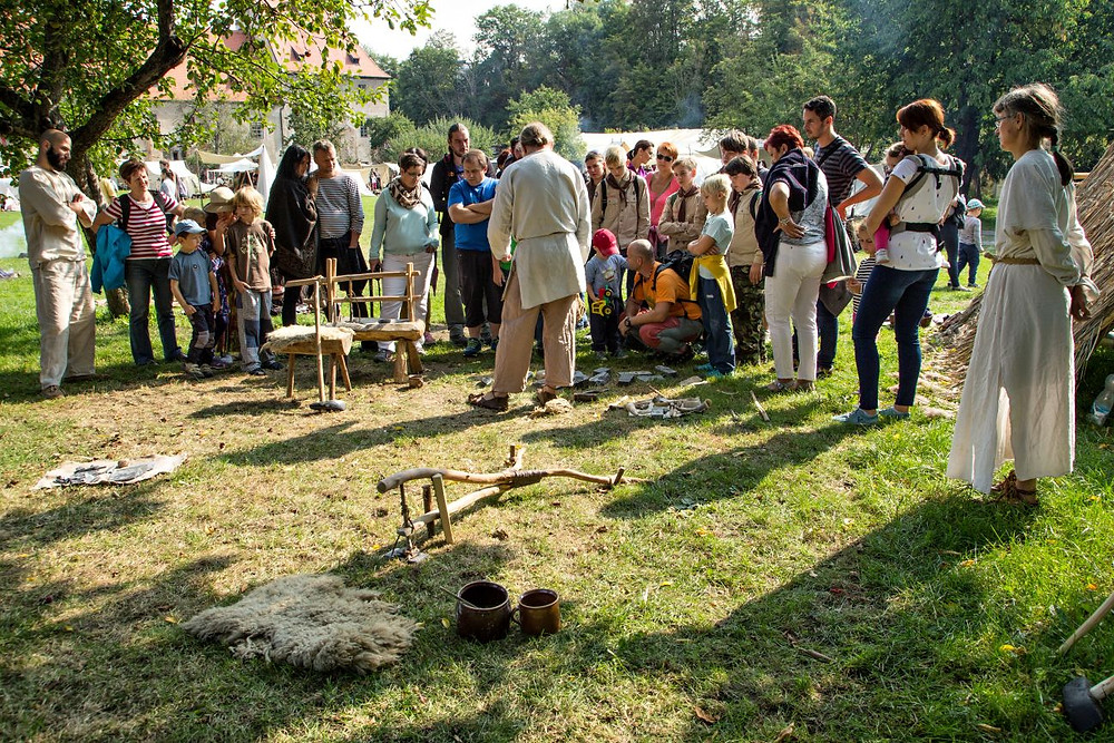 Ukázky kamenické práce a technologií mladší doby kamenné. Foto © J. Lohnická