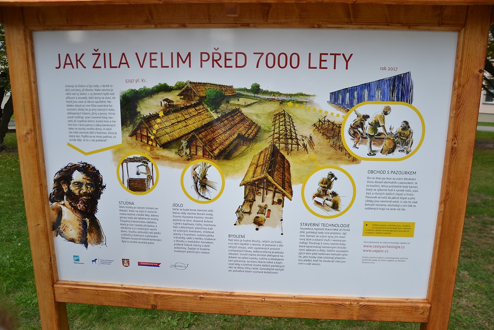 Naučná tabule u ZŠ ve Velimi. Foto B. Petráň