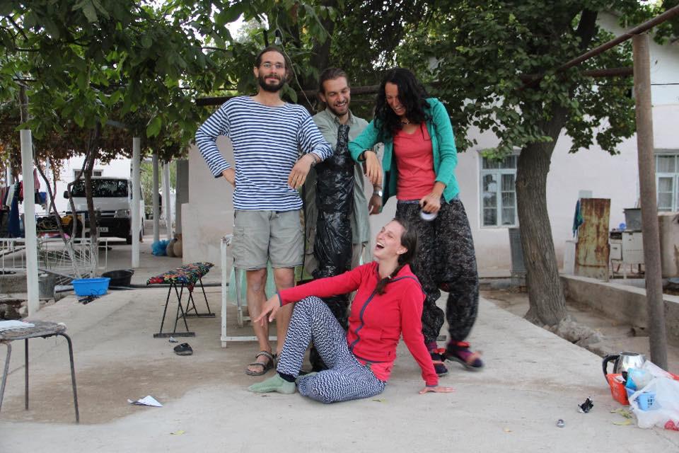 Část expedičního týmu: zleva Jan Kysela, Jakub Havlík, Anna Augustinová, dole Johana Tlustá. Foto Č. arch. expedice v Uzbekistánu