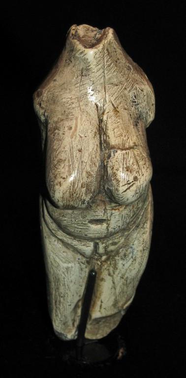 Slavná Moravanská Venuše je také z mamutoviny. Moravany nad Váhom, gravettien, asi před 23000 lety