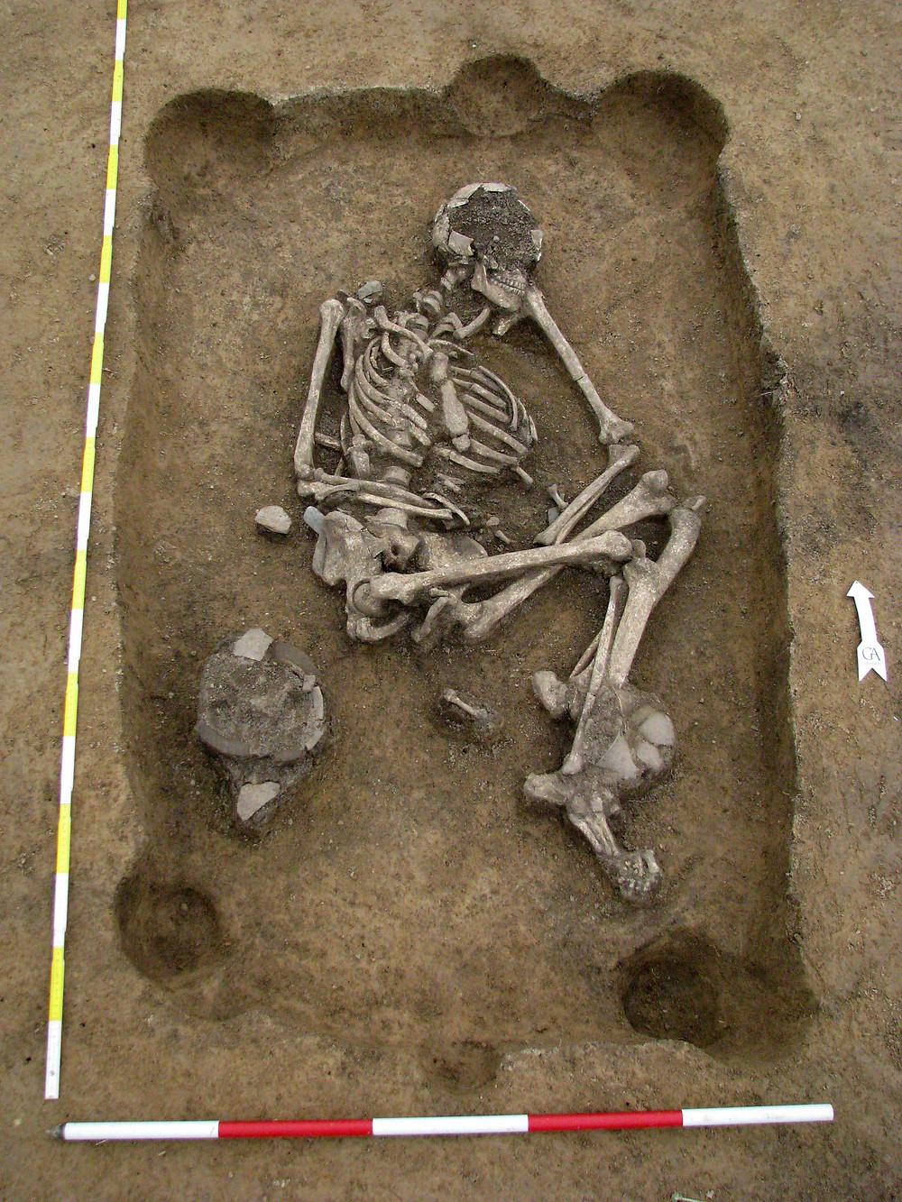 Eneolitický pohřeb se stopami hrobové konstrukce, Holubice. Foto archiv ÚAPPSČ