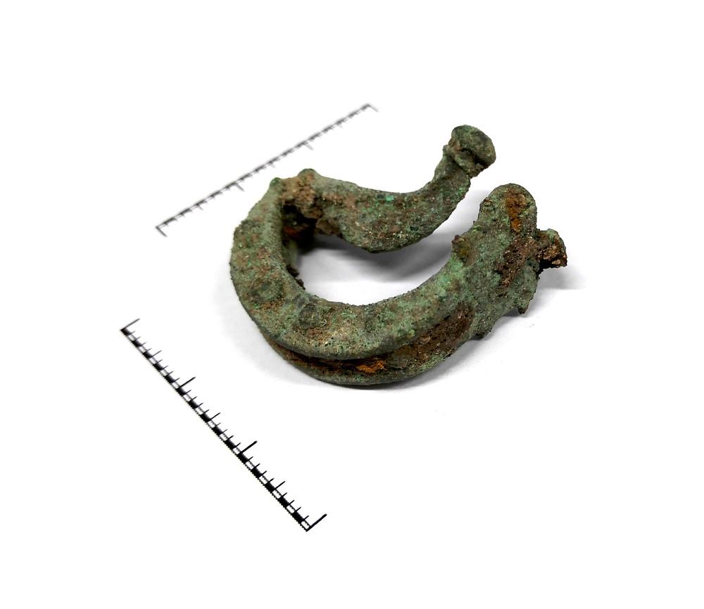 Bronzová spona z 1. st. ze Všechlap. Foto archiv ÚAPPSČ