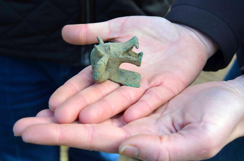 Bronzové kování ve tvaru kančí hlavy, Týnec nad Labem. Foto archiv ÚAPPSČ
