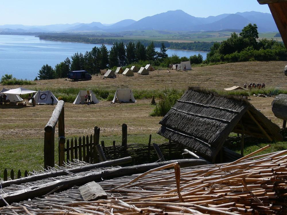 Výhled z jednoho ze stavení skanzenu na chystající se akci. Foto J. Lohnická