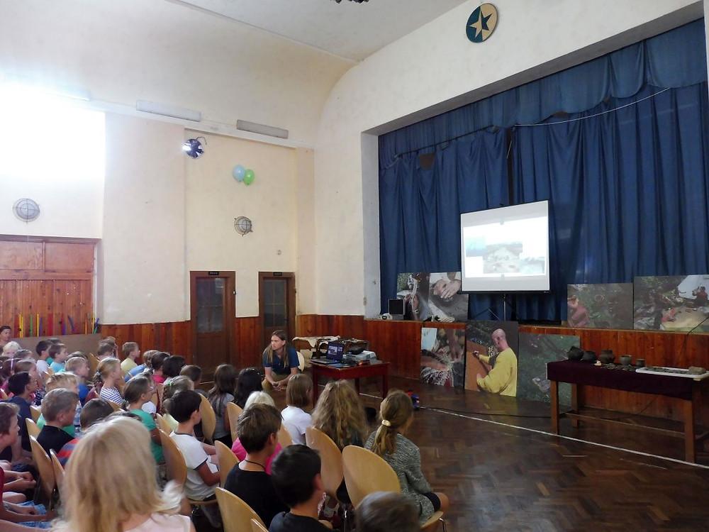 Archeolog Lukáš Baloun vypráví, dětí naslouchají. Foto V. Mikešová